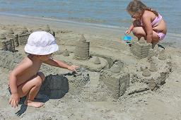 Sandburgen bauen mit den Kindern